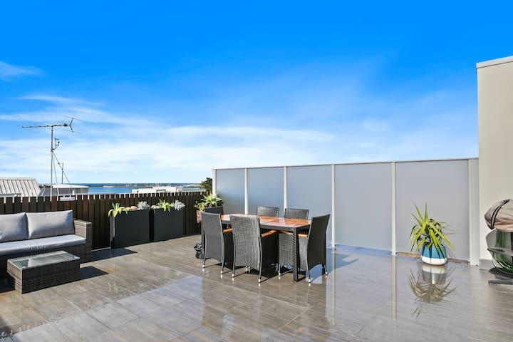 APOLLO 13 PENTHOUSE - huge balcony, opposite beach