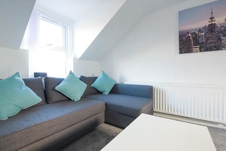 Crosshills Serviced Apartment FREE WIFI, FREE PARKING - Kippax - Lejlighed