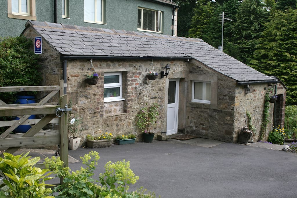 Weavers' Cottage with off road parking