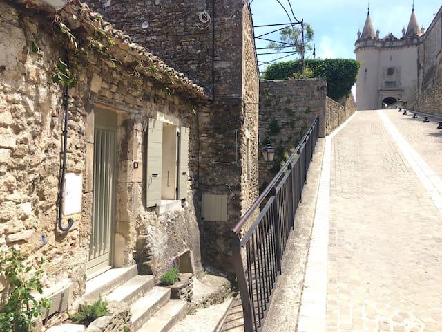 maison AZHA  Au pied du Château de Grignan