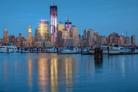 Private room next to Hudson boardwalk, 9min to NYC - Jersey City