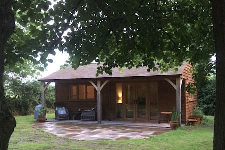 WOODLAND LODGE self contained characterful home - Farnham