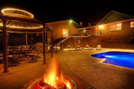House with Private Pool Sleeps 12 - Ház
