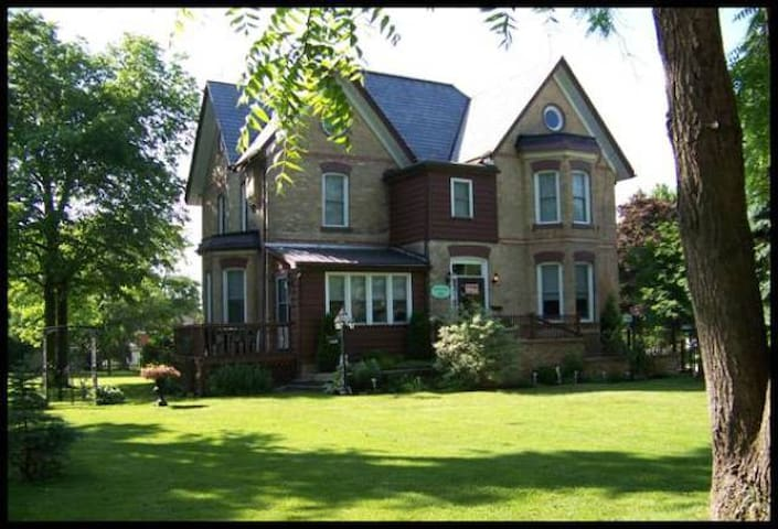 Pemberley House - Versailles Room - Huron East - Bed & Breakfast