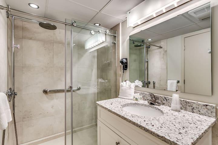 ⭐⭐⭐1 King Bedroom, OCEANFRONT 820 at Sandy Beach!!