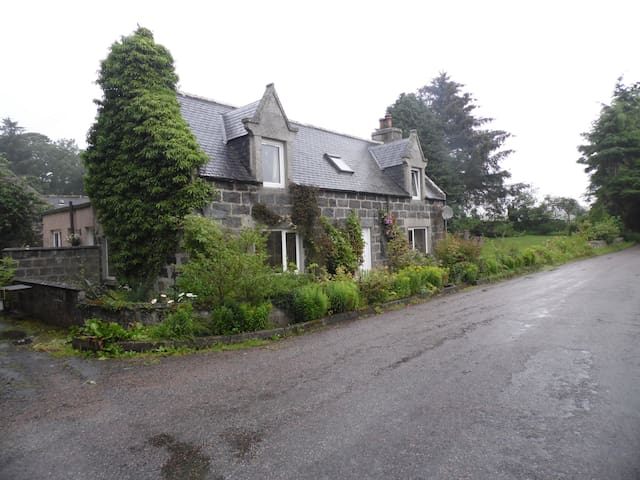 Country Cottage near to Huntly - Crossroads Garage - House