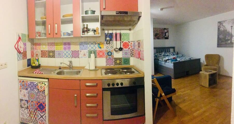 Küche mit Blick zum Schlafbereich
