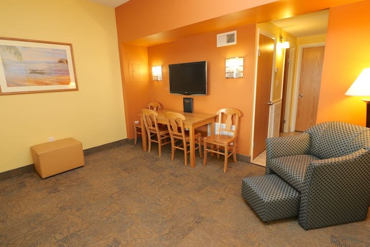 Atrium Resort Suite w/ Full Kitchen & Indoor Pool w/in VA Beach