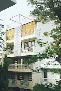 bright room overlooking tree tops - Nova Delhi