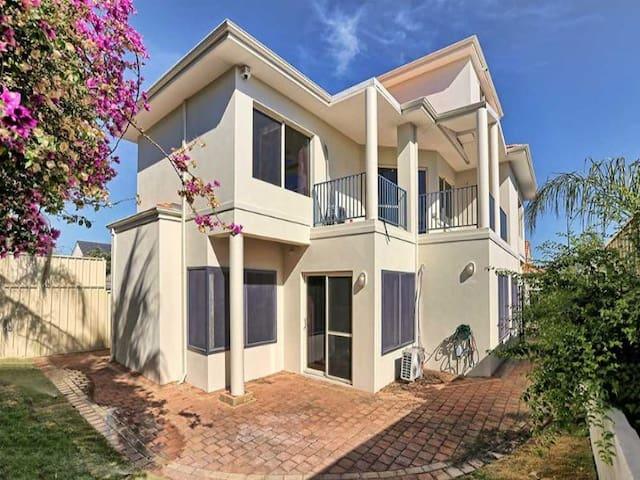 Four bedroom house near Perth CBD - Como