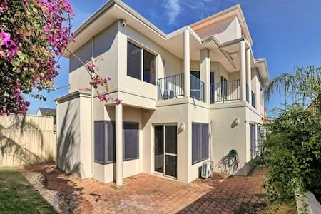 Four bedroom house near Perth CBD - Комо - Дом