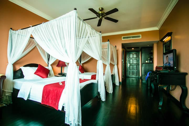Colonial Room with Twin Beds