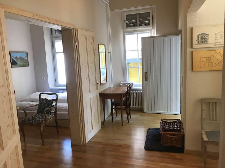 Eingangsituation, Wohn-Schlafzimmerzimmer (links), Esszimmer (rechts)