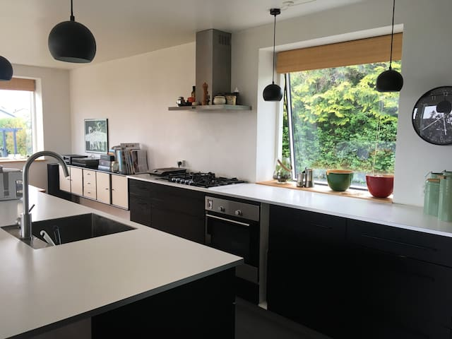 Moderne villa med havudsigt