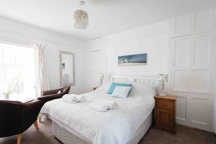 Lovely rooms,  former farmhouse St. Ives,  Parking