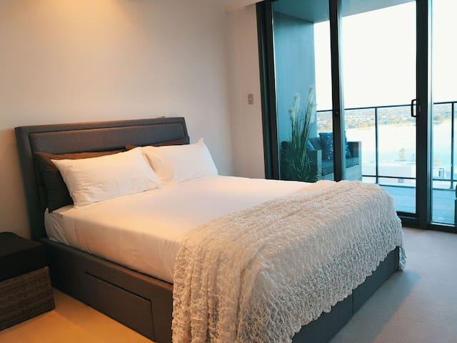 Luxury Master bedroom, massive river view, in CBD