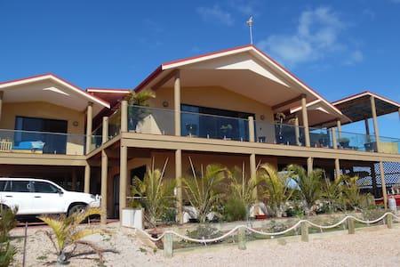 On the Deck @ Shark Bay Upstairs Yellow Room - Denham - Bed & Breakfast