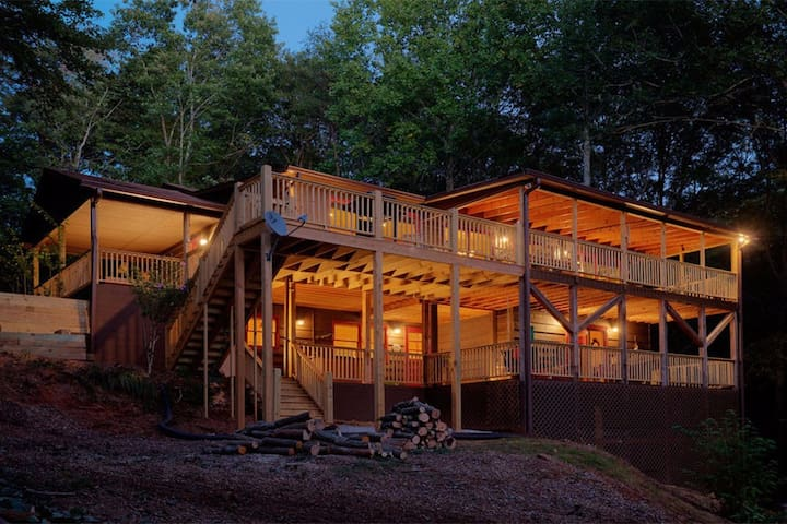 The Lakehouse is a spectacular Mountain cabin sits right on the lake with hot tub