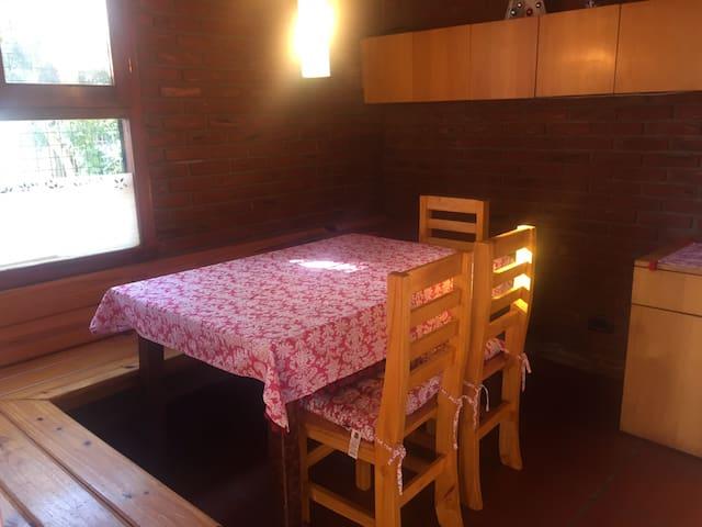 mesa de la cocina con banco y sillas