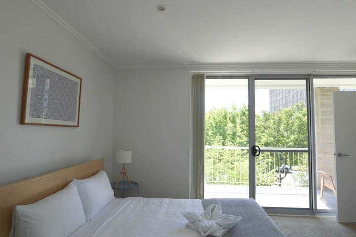 1BR/BA Braddon apartment minutes from CBD