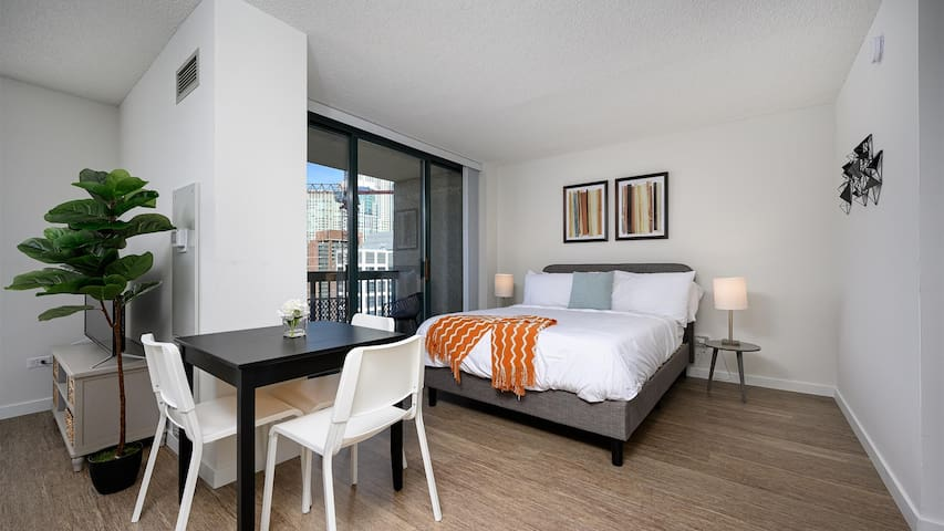 Kasa | Chicago | Comfy Studio River North Apartment