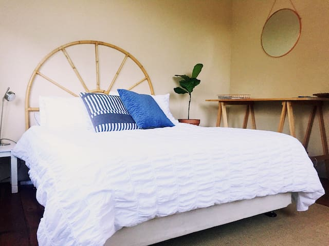 Sunny, large double room. Awesome location + wifi!