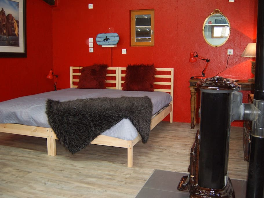 romantic private studio smoky hill vieuw castle tiny houses for rent in l otoing auvergne. Black Bedroom Furniture Sets. Home Design Ideas