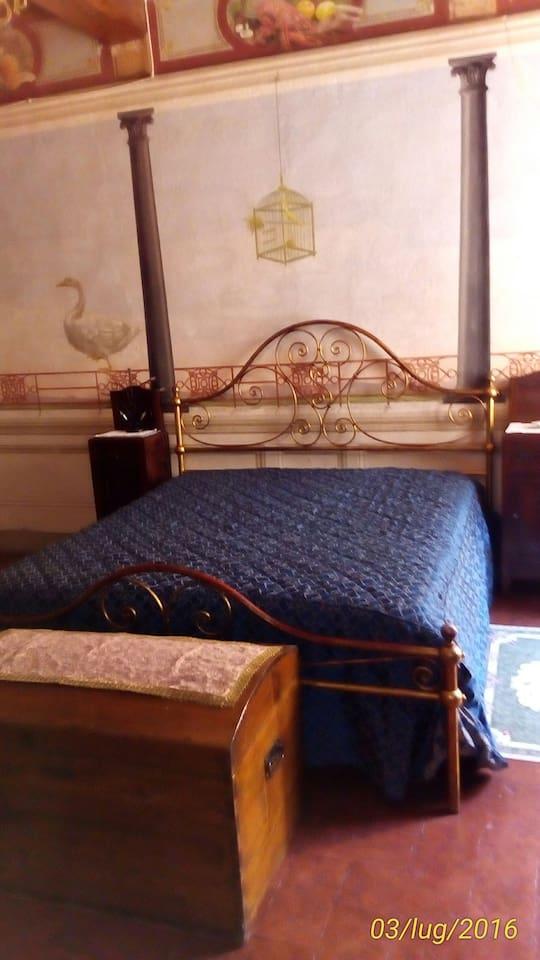 La camera, molto grande, permette di aggiungere un secondo letto