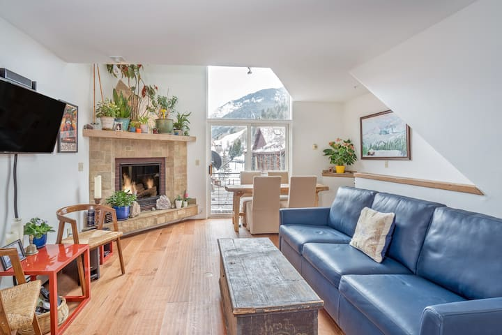 Sunny and spacious 3 bedroom ski in ski out condo
