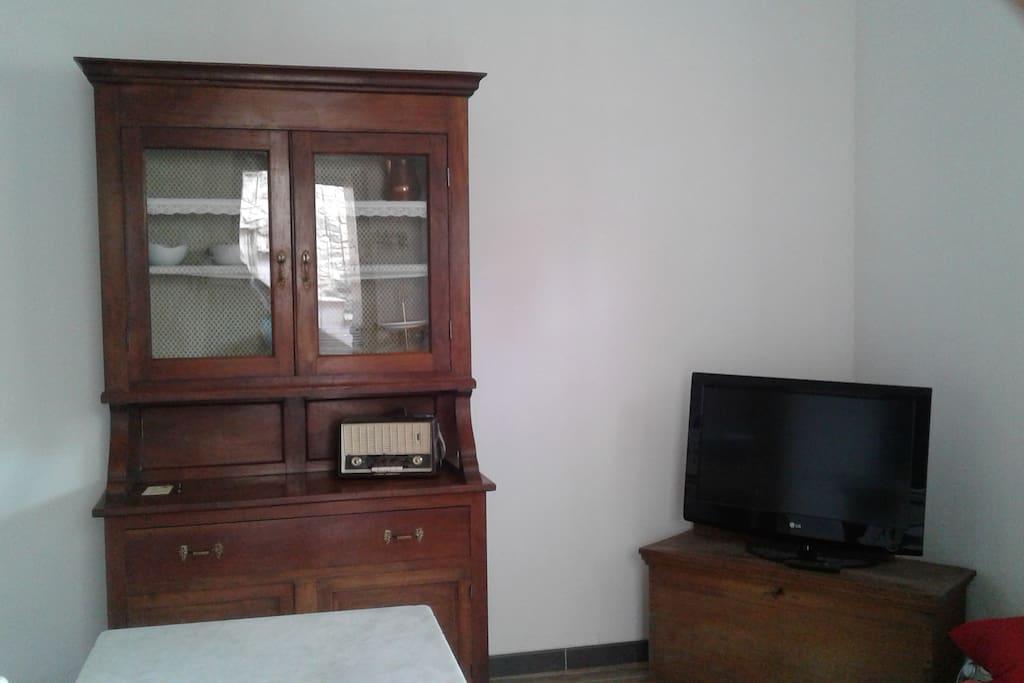 stanza uso cucina con divano letto. Main room with TV and cupboard