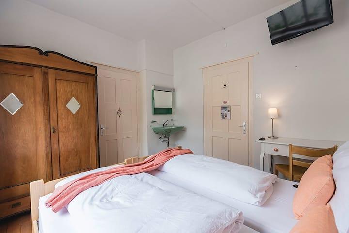 """Villa Donkey Bed & Breakfast Doppelzimmer """"Orange"""""""