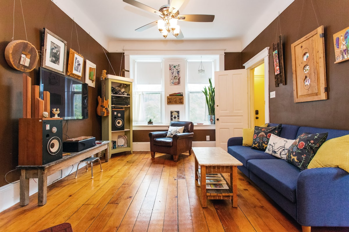 Relax in a Custom, Creative, Artsy, Unique Apartment in West Town