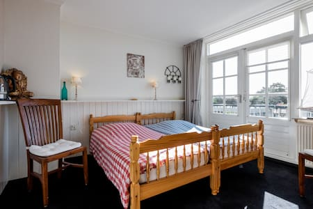 Texel/Den Hoorn: Double Room (#3) - Bed & Breakfast