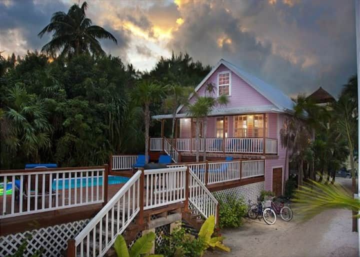 Beach and dock access, private pool, AC, Free Wifi, close to town