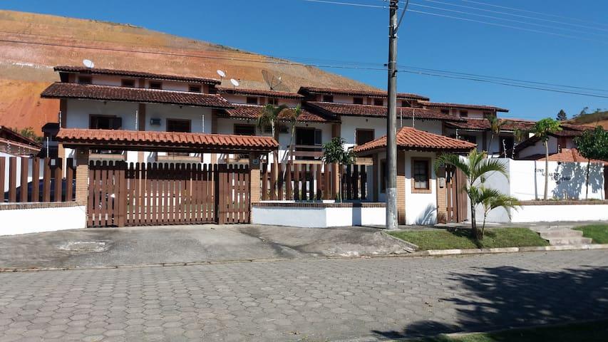 Casa em condomínio fechado com piscina na Prainha
