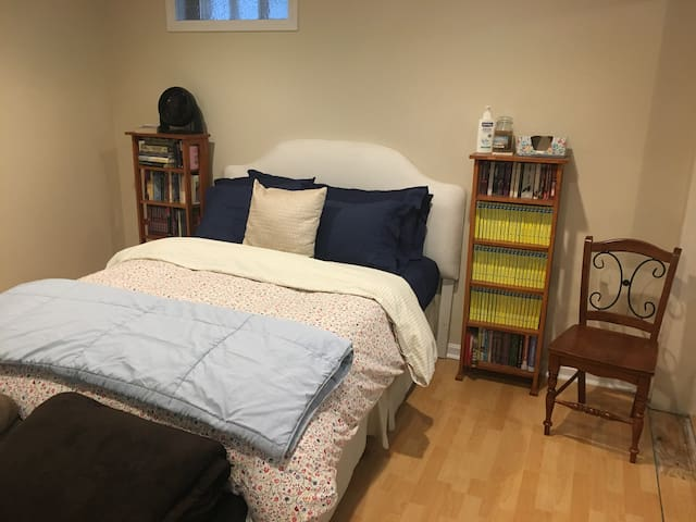 Spacious Boston Bedroom, Free Parking, next to T!