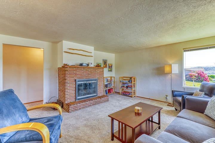 Mid-century house w/bay view, entertainment & large yard