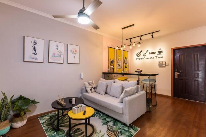栖岸忙种 紫庐地铁站世纪城悦房近会展中心投影2居室