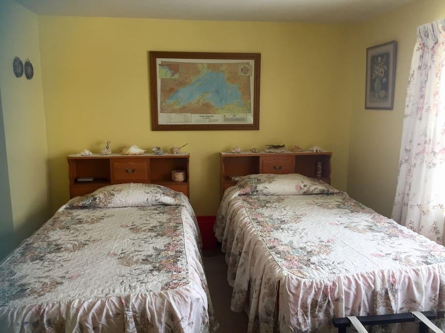 Queen bedroom and 2 twin beds