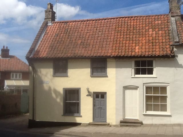 Listed Georgian cottage on High street in Holt - Holt - House