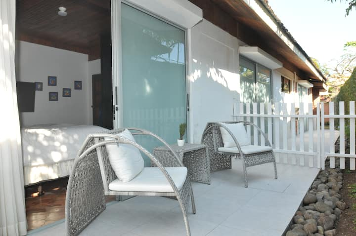 Santa Ana- Room with private entrance w/breakfast