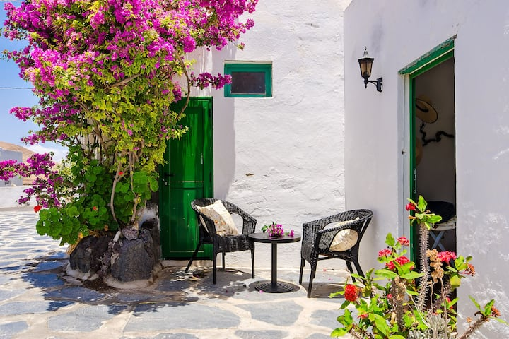 Beautiful Home With Terrace, Great Volcano Views, Garden & Wi-Fi; Parking Available