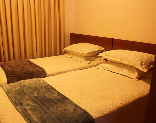 Quarto de Solteiro com 2 camas box que pode se transformar em casal.