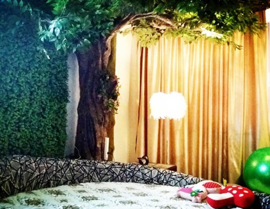 绿野仙踪主题房(2米圆床,私人订制,恒温水床;手工仿真大树;独享私人影吧)