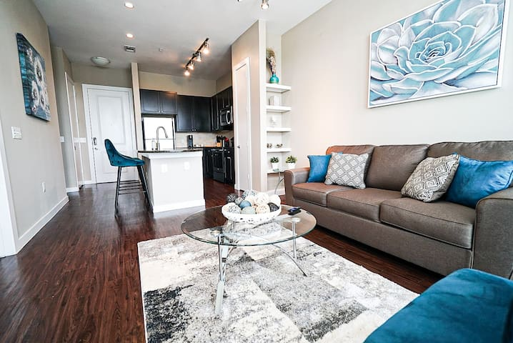 Luxury 1 bedroom River Oaks Condo w/King Size bed