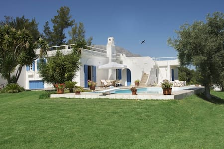 Villa with swimming pool next to the sea - Thrakomakedones