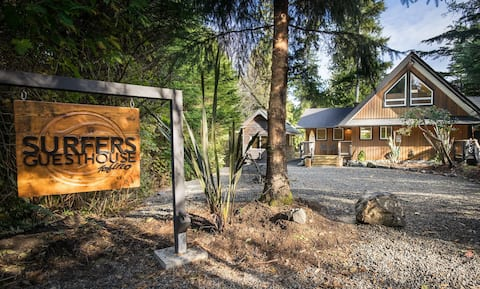 Surfers Guesthouse: sauna, hot tub, close to beach