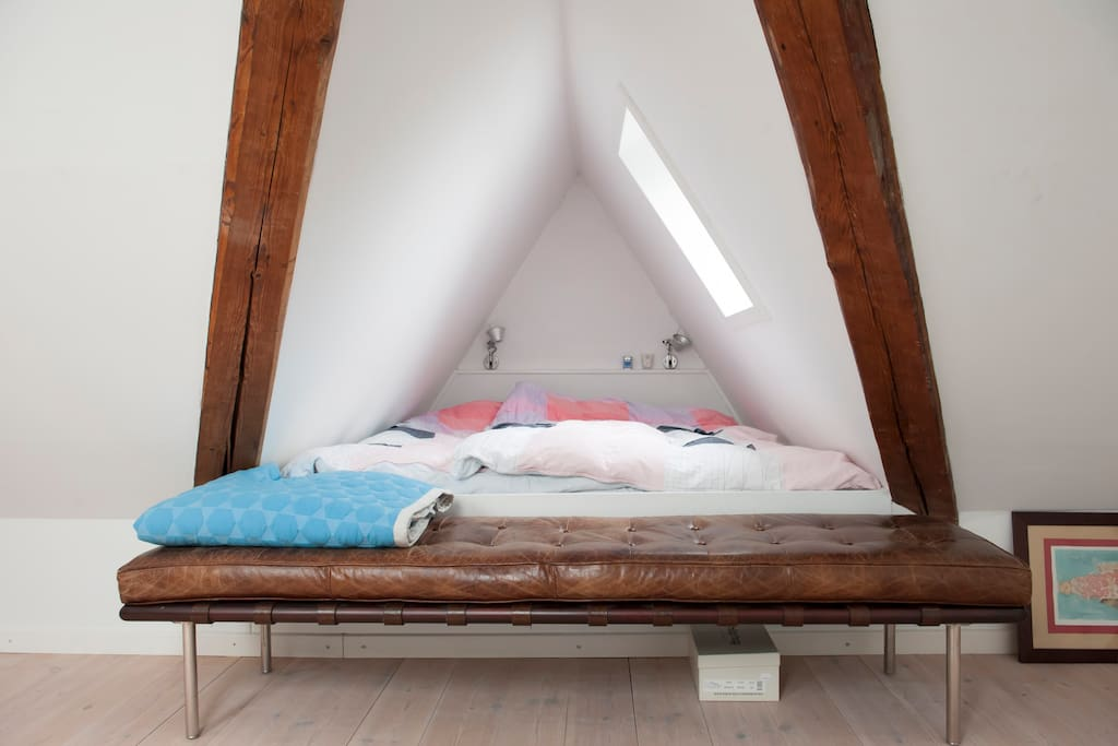 The Alcove - sleeps two.Great View over the City and the Stars from this room
