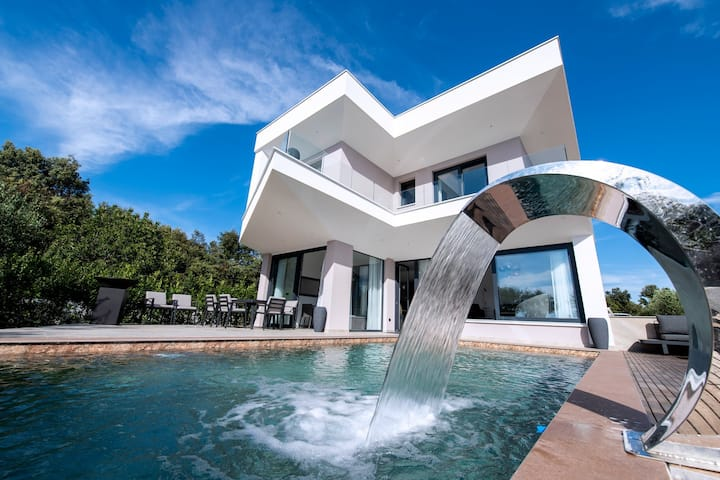 Beautiful Villa Costa, with a Pool