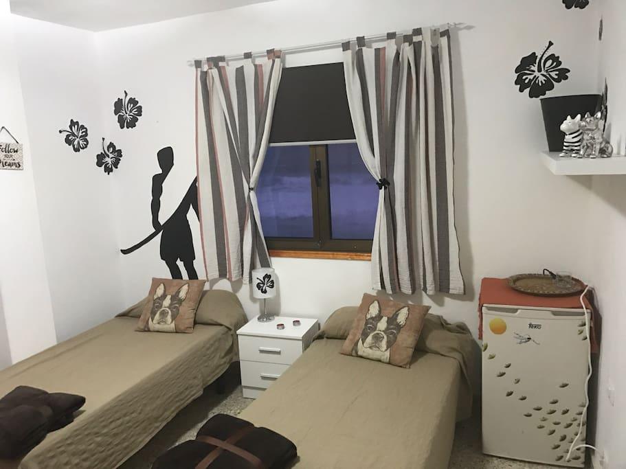 habitación dos camas toallas sábanas nevera vistas al mar